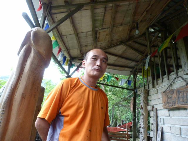 Environs de Xizhi. Au milieu de nulle part rencontre avec un sculpteur qui mâchonne du bin lang.