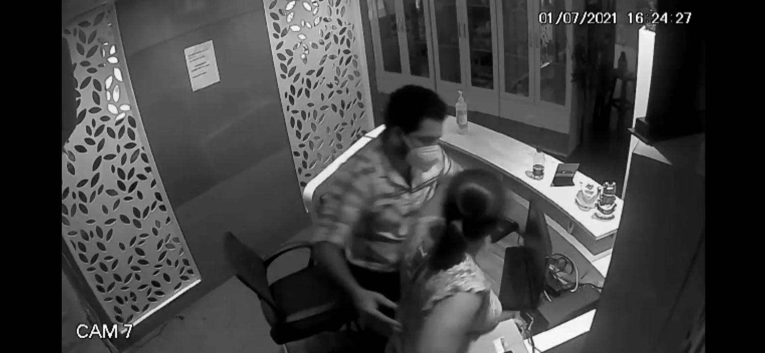 Mangalore ಯುನಿಸೆಕ್ಸ್ ಸೆಲೂನ್ ನಲ್ಲಿ  ಯುವತಿಯ ಮೈಗೆ ಕೈ ಹಾಕಿ ಕಿರುಕುಳ ನೀಡಿದ ಕೃತ್ಯ ಸಿಸಿಟಿವಿಯಲ್ಲಿ ಸೆರೆ- ಆರೋಪಿ ಅಂದರ್!  (CCTV VIDEO)