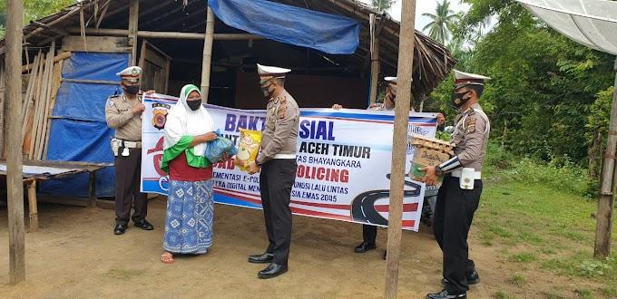 HUT Lantas ke 65, Kasatlantas Polres Aceh Timur Bagi Sembako Kepada Keluarga Kurang Mampu