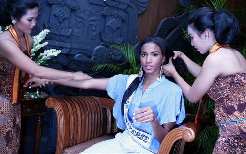 Miss Universe 2011 Leila Lopes is massaged by Indonesians