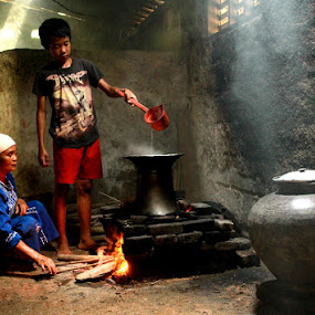 in the kitchen... by Baron Danardono Wibowo - People Family
