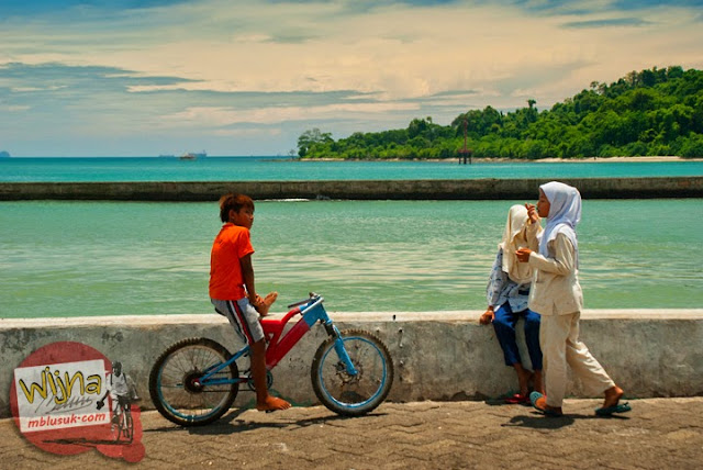 Anak-anak dan remaja pacaran serta bercengkrama dan bermain di Pelabuhan Merak, Banten