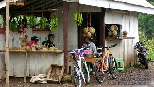 Makan durian di Bremi.