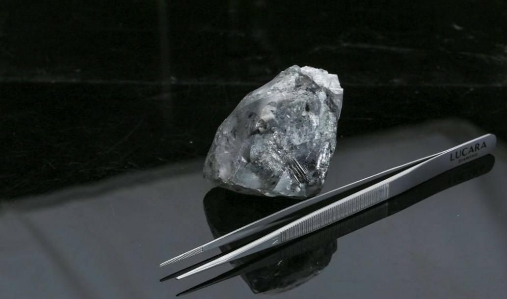 Diamante de 998 quilates é encontrado na África.