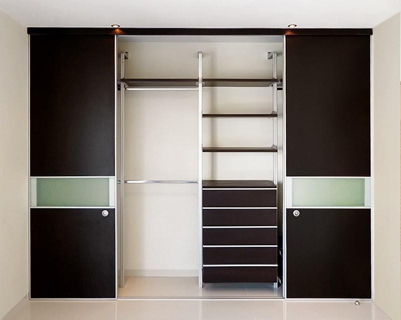 Closets y vestidores de lujo closets de madera closets for Cortinas como puertas de armario