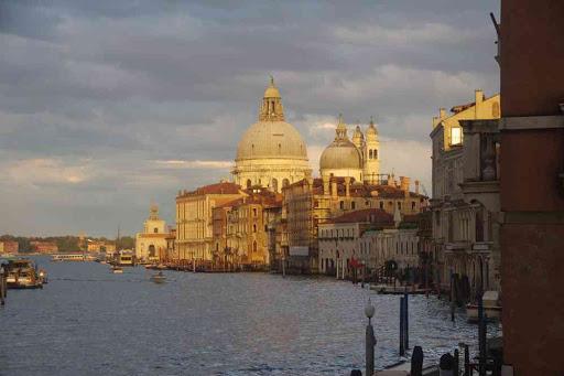La vue classique sur Santa Maria della Salute, depuis le pont de l'Académie. Profitant du tout dernier rayon de soleil !.