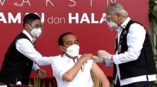 Usai Divaksin, Jokowi Tertawa dan Berkata.