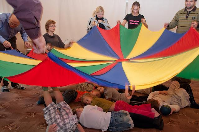 дети уснули под парашютом