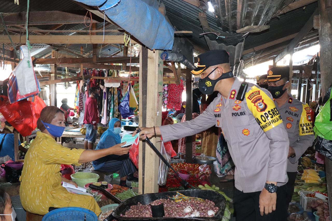 Kapolres Soppeng Pimpin Pembagian Masker di Pasar Tradisional