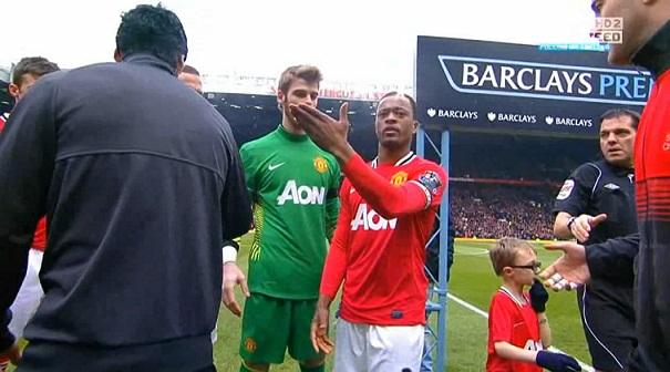Evra vs Suarez shake hands Scene, Manchester United - Liverpool