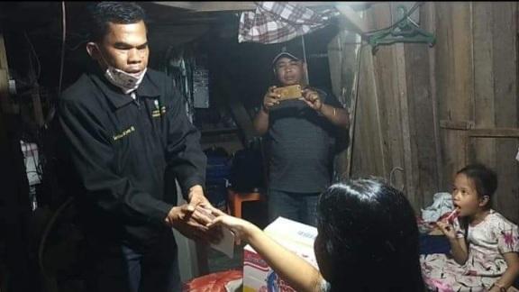 Bahagianya Ermita Mendapat Santunan Ketua DPD LPM Kota Padang, Diserahkan Martias Sarjany