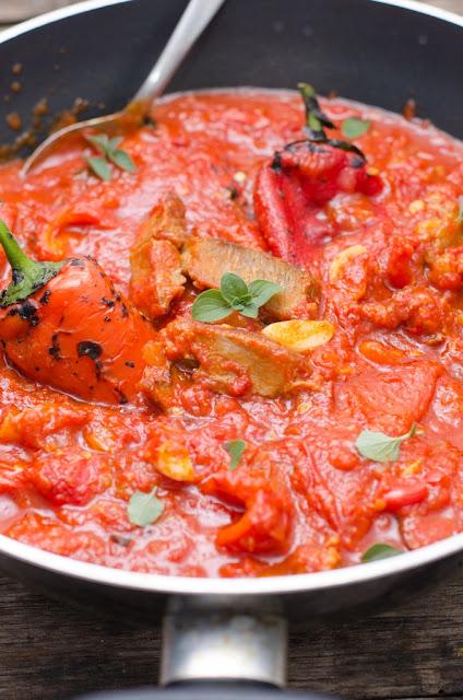 Mancare de rosii cu ardei copti si carne
