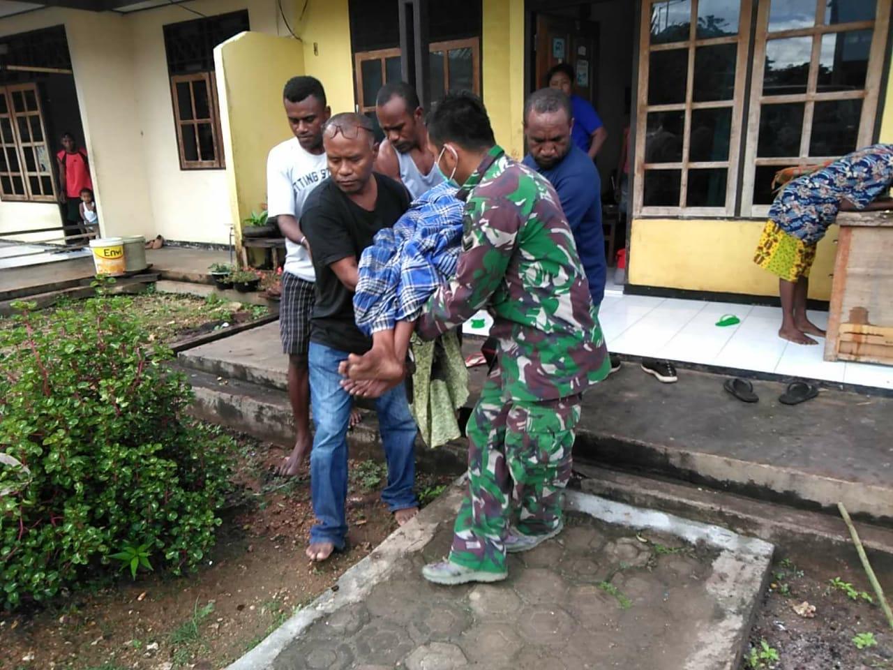 Satgas Yonif MR 413 Kostrad Bantu Evakuasi Warga Perbatasan RI-PNG