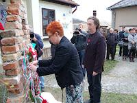 Szalagok, koszorúk felerősítése az Esterházy-emlékműre (2).JPG