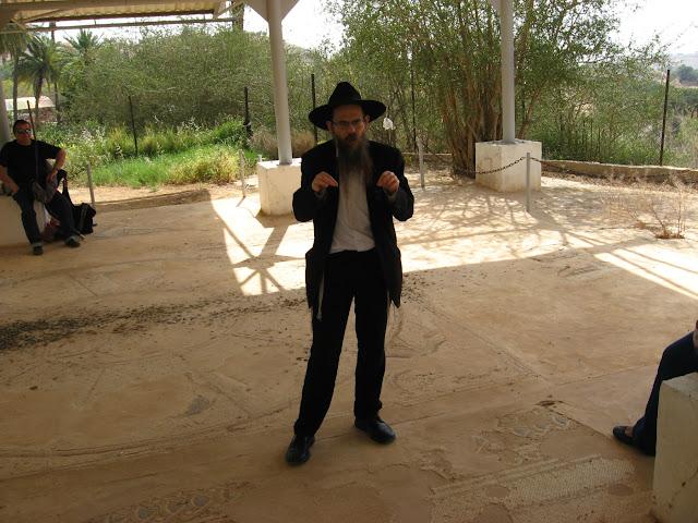 הרב יצחק שפירא מעביר שיעור לרגל יום כיבוש יריחו בבית הכנסת נערן ביריחו