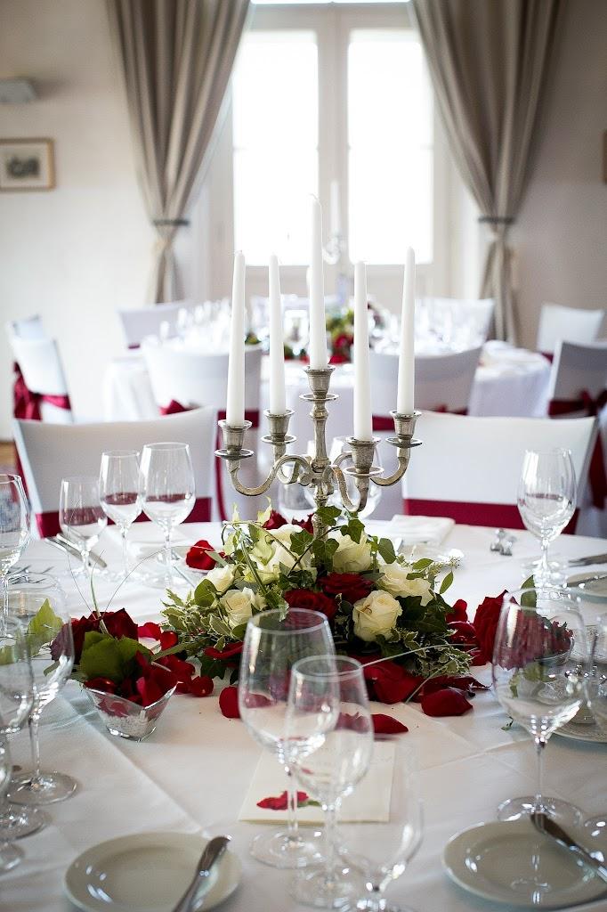 gedeckter Tisch mit großem Rosenbouquet