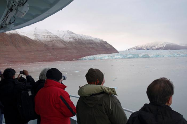 Visitors take pictures of a glacier in the Kongsfjorden fjord from onboard the 'Polarsyssel', the ship of the Governor of Svalbard, in the Arctic archipelago of Svalbard, Norway, 20 September 2016. Picture taken 20 September 2016. Photo: Gwladys Fouche / REUTERS