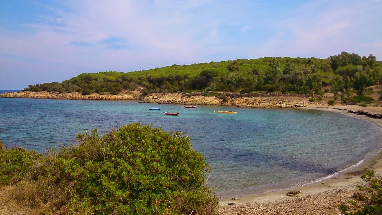 Красивый дальний каменистый пляж