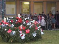 A magyar Alapiskola tanulói az adventi koszorú körül.jpg