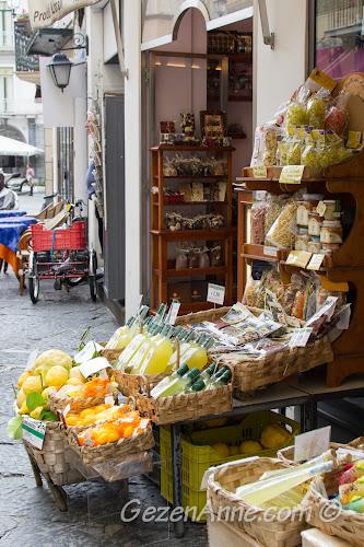 limon ve limoncello tezgahları, Amalfi İtalya