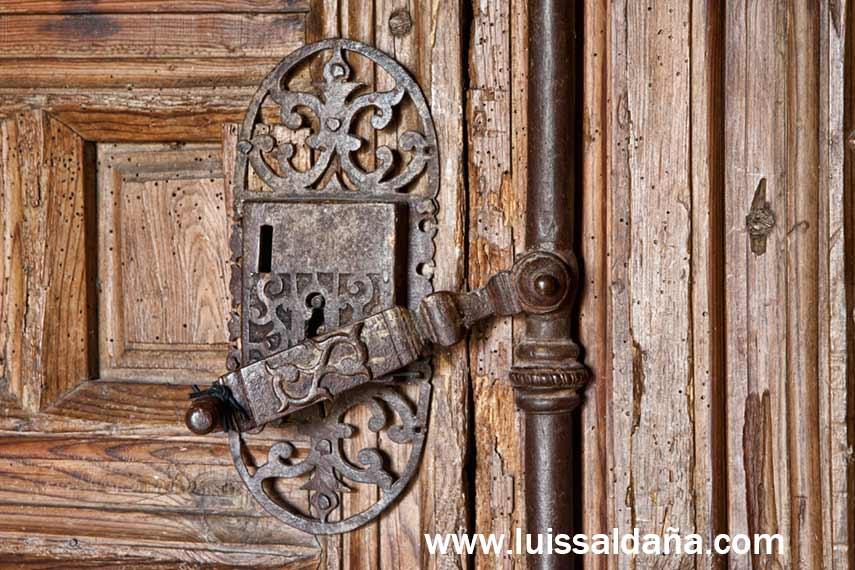 Luis salda a guapa la cerradura en la puerta de madera for Puerta plegable con cerradura