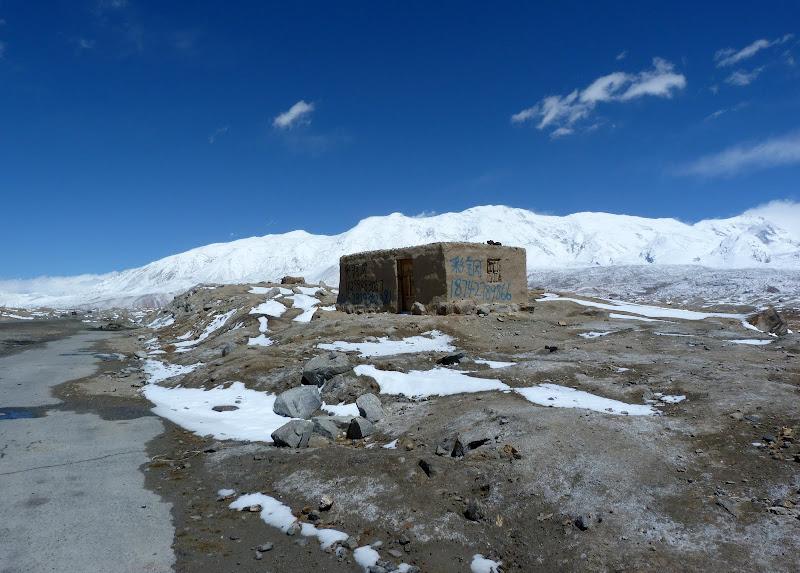 XINJIANG. Karakoram Highway, lune des plus haute route au monde, en passant a 4400 m - P1280501.JPG