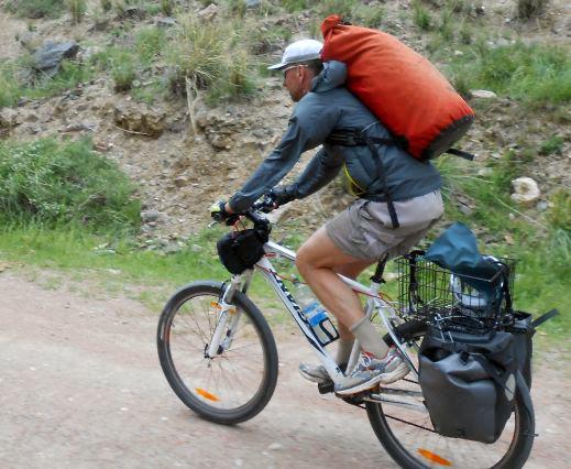 Gepäckträger-schonende Fahrt mit Ortlieb-Rucksack auf dem Rücken im Kara-Kudzhur-Tal bei Ak-Kyja, Kirgistan