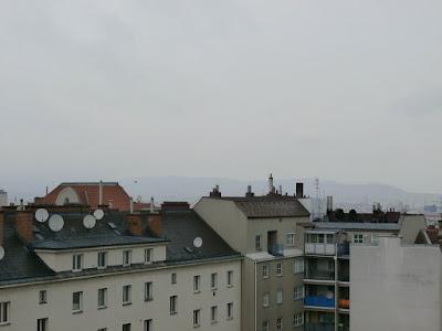 Ähnliches Wetter wie gestern auch am heutigen Mittwoch, nur dieses Mal ist es nasskalt. Hatten wir gestern als Höchstwert noch 6.8 Grad erreicht, so hat es aktuell nur 4 Grad, nach Frühwerten von 2.8 Grad. Auch der Regen ist ein Thema, nach den gestrigen 9.3 l/m² sind bis jetzt weitere 1.2 l/m² hinzugekommen. Auf den Höhenlagen des Wienerwaldes hat es sogar ein wenig Neuschnee gegeben. #wetter #wien #favoriten #wetterwerte