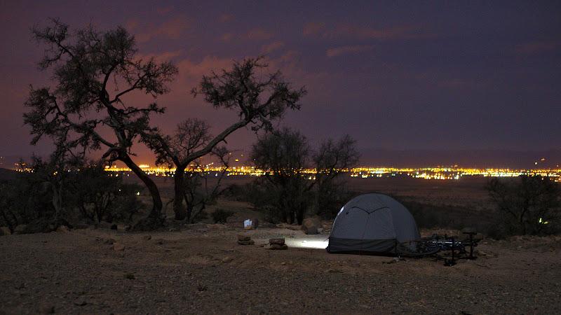 Gata de culcare, cu foamea de ciclist potolita, sub o luna aproape plina si cu valea Souss in departare.