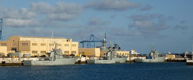 Kriegsschiffe im Hafen von Las Palmas