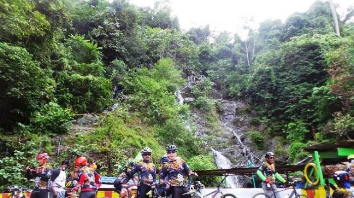 Berpose Sejenak di Air Terjun Gunung Rambutan