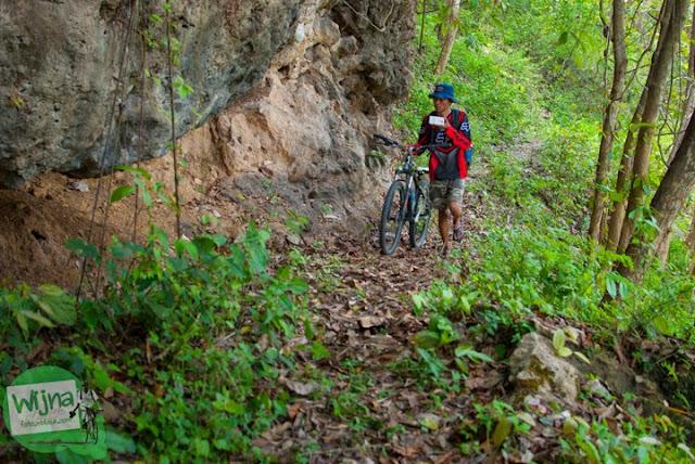 Batu-batu karang yang melindungi keberadaan situs keramat Gua Lawa yang ada di Dusun Nogosari, Selopamioro, Imogiri, Bantul, Yogyakarta