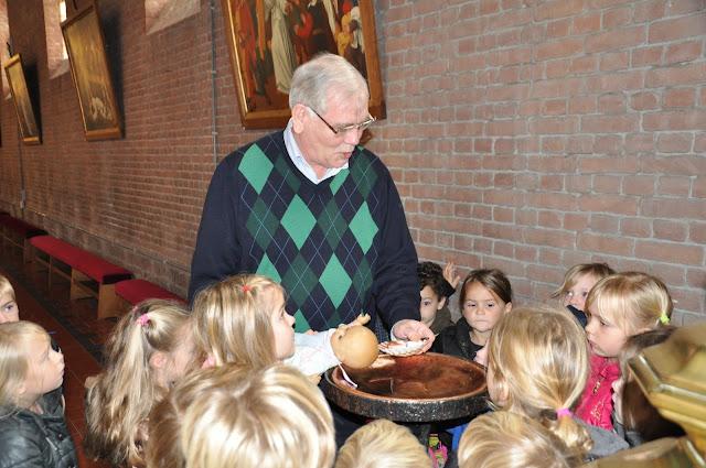 Kleuters bezoeken Martinuskerk - DSC_0032.JPG