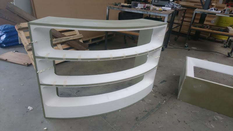 Touche pas à mon poste - 3D meubilair - gebogen desk uit piepschuim en hout