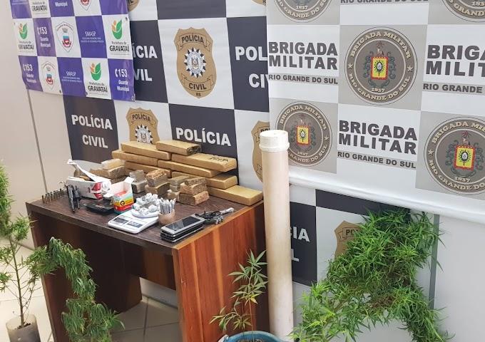 Dupla é presa com 10 quilos de drogas, 5 pés de maconha e um revólver em Gravataí