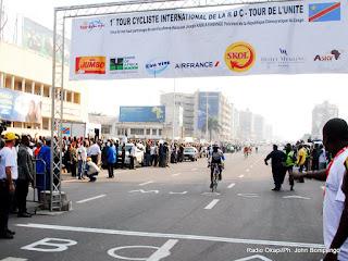 L'arrivée des cyclistes pour la troisième étape du Tour de la RD Congo de cyclisme  le 21/06/2013 sur le boulevard du 30juin devant l'hôtel de poste à Kinshasa. Radio Okapi/Ph. John Bompengo