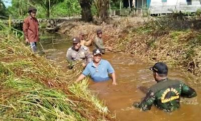 Bersama Warga, Personel TNI-Polri Bersihkan Parit