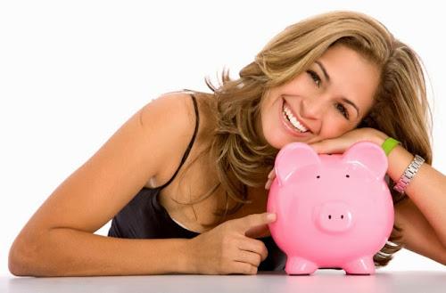 mujer feliz por obtener un seguro de coche barato