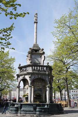 De Loonse steden visualiseerden hun stadsvrijheden dmv. een perron. Als souverein had Luik vanzelfsprekend een uitgesproken groot exemplaar.