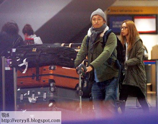 航班在當地時間周二晚十時起飛, Kary同餘文樂九時多至到達倫敦希斯路機場。兩人即時推住七大袋行李登機,唔搞退稅豪俾英國政府。