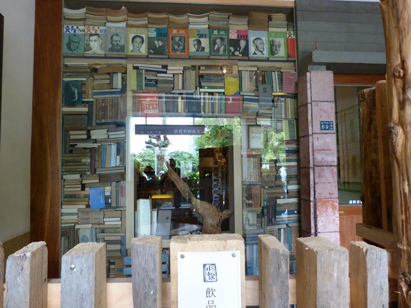 A côté, belle librairie