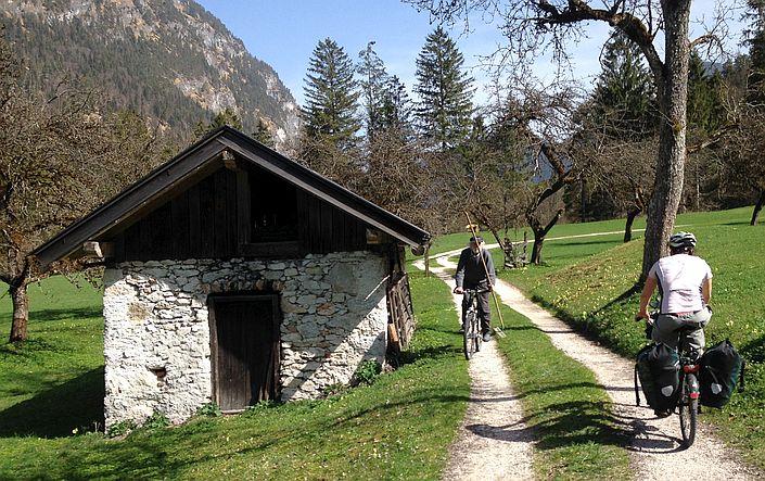 Fahrrad-Gegenverkehr an einem Gehöft im Saalach-Tal