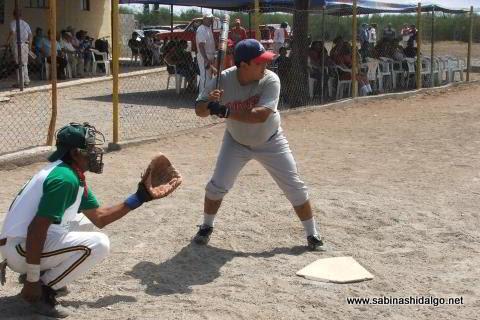 Alberto Abrego bateando por Águilas en el softbol del Club Sertoma