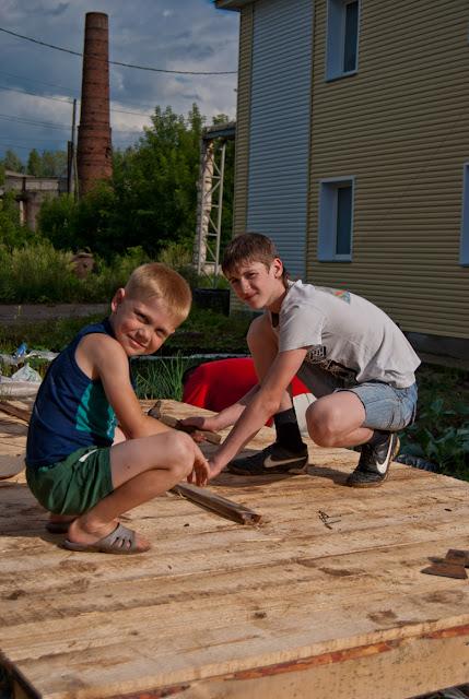 Юные плотники за работой