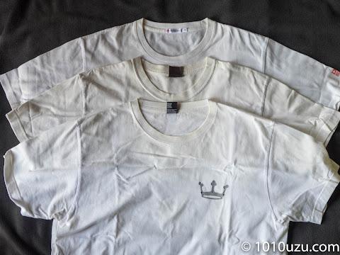 黄ばんだ白地のプリントTシャツ