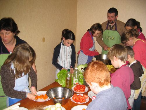 Goedele en Johan begeleiden de kinderen die het voorgerecht bereiden.