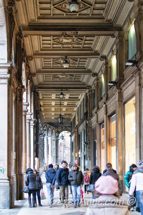 kilometrelerce uzun üstü kapalı Bologna çarşısı