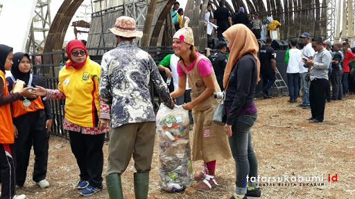 Bule Asal Belgia Ambil Sampah Setelah Acara Ciletuh Geopark Festival