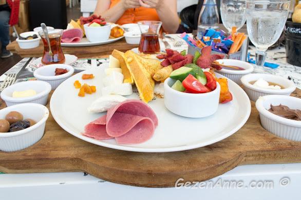 Leman Kültür'ün bol çeşitli kahvaltısı, Yalova