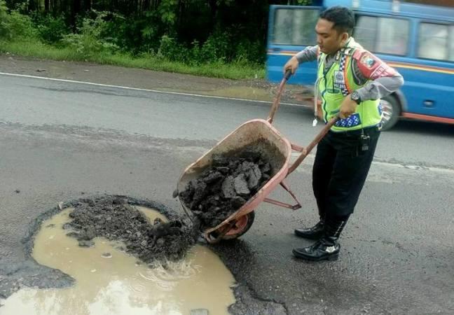 Antisipasi laka lantas, Satlantas Polres Ngawi tutup lubang menganga di badan jalan